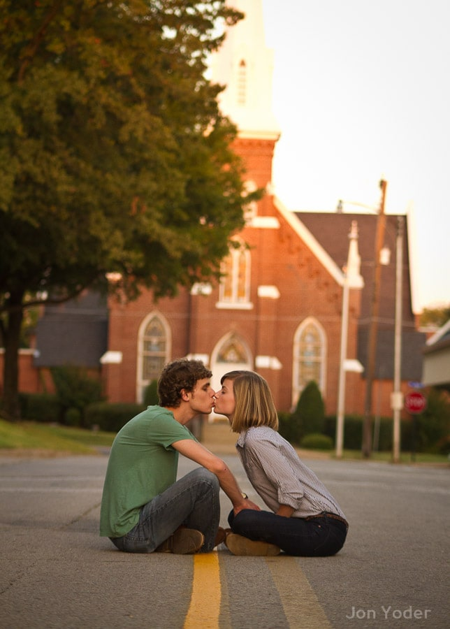 searcy couple kissing portrait